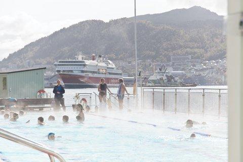 Nordnes Sjøbad med hurtigruten i bakgrunn