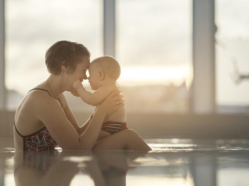 Mor med baby i bassenget på Ado arena