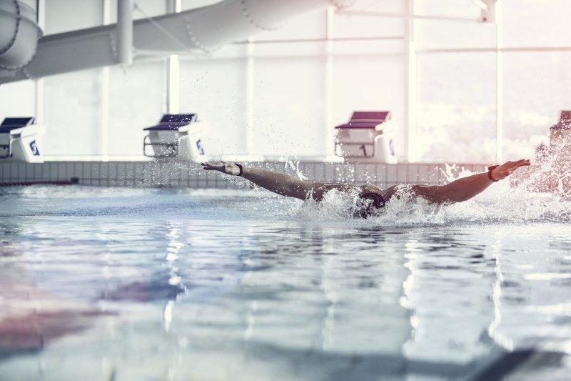 svømmer i hovedbasseng